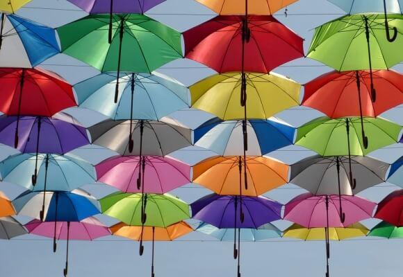 Wytrzymały parasol – czym powinien się charakteryzować?